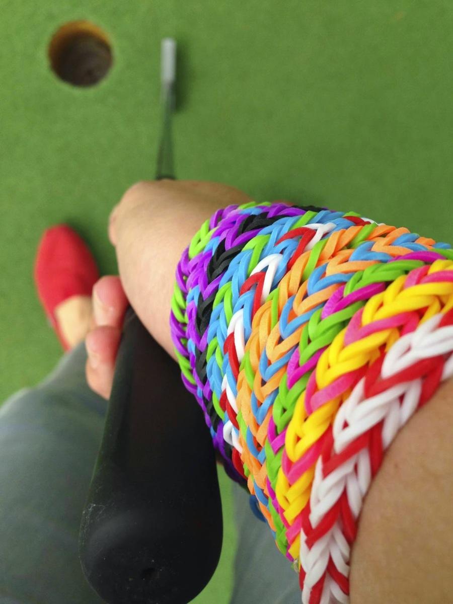 Les bracelets Rainbow Loom, dernière folie des cours de récré